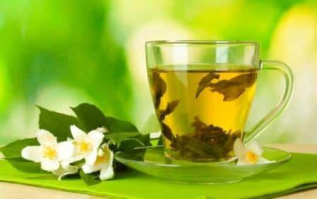 чашка чая и рядом цветы