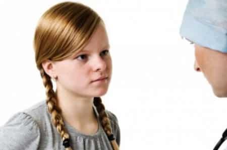 девочка консультируется у врача