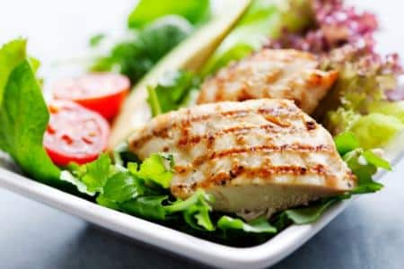 Мясо и зеленый салат на тарелке