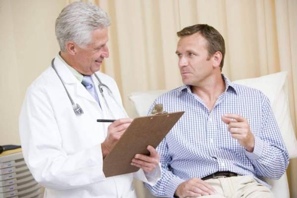 мужчина и врач беседуют
