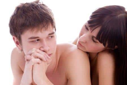 мужчина и женщина лежат и смотрят друг на друга
