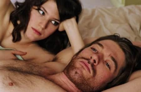 мужчина и женщина лежат вместе