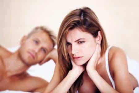 женщина грустит и муж смотрит на неё