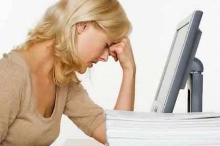 женщина сидит у монитора компьютера