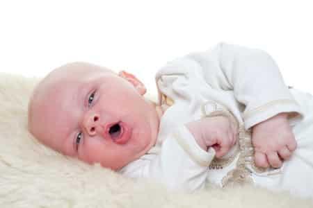 младенец зевает