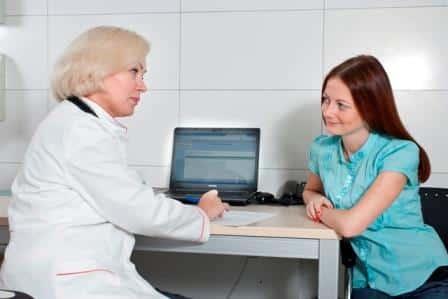 врач и женщина смотрят на друг друга