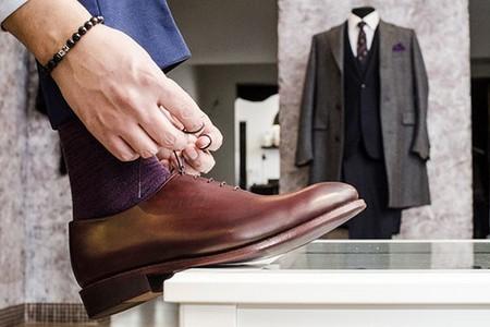 Мужчина обувает туфли