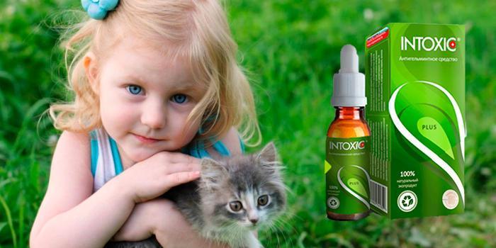 девочка обнимает котенка