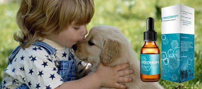 ребенок целует щенка