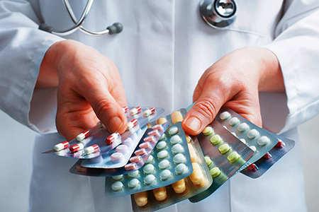 пластинки с таблетками в руках у врача