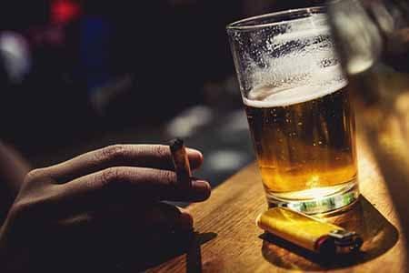 сигарета в руке и стакан пива