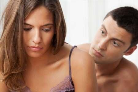 Мужчина смотрит на расстроенную женщину