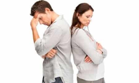 мужчина и женщина стоят вместе спиной друг к другу
